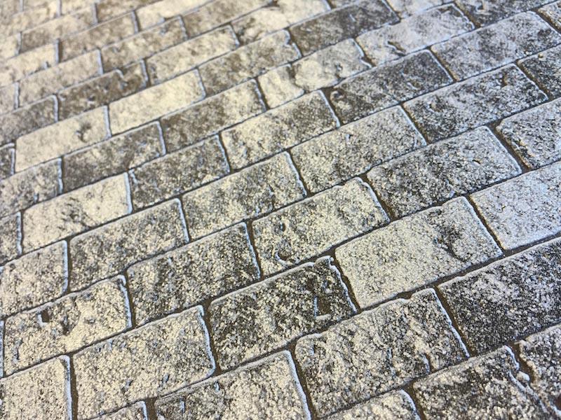 """Murstenstapet i flot grå farve, fra The wall II kollektionen. En flot murstenstapet i lækkert materiale der gør det til en leg at sætte tapet op. Få en skøn """"murstensvæg"""" i hjemmet og gi rummet et helt nyt look. Denne murstenstapet er i kvaliteten Non- woven, lavet på vlies. Dette sikrer dig en nem og tidsbesparende opsætning.Vinyl overflade giver en stærk, vaskbar og lysægte overflade. Tapetet sættes op ved at påføre tapetklister på væggen og sættes derefter op i tør tilstand. Nemmere bliver det ikke at sætte tapet op. 10.05 X 0.53m Tapetklister påføres væggen Mønsterrapport: 64/ 32 cm forskudt Vaskbar Spaltbar Lysægte Leveringstid 1-2 dage"""