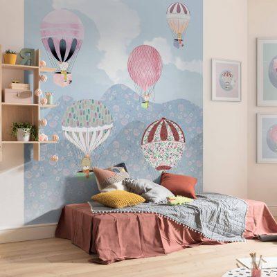 Fototapet Happy Balloon pastelfarvet blomstret lyseblå bund med dyr sidende i de flyvende balloner