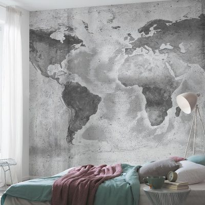 Verdenskort i grå farve klister påføres væggen.