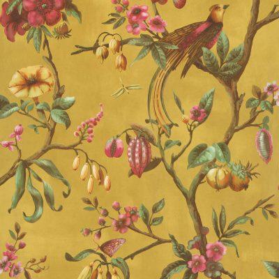 tapet med fugle, blomster grene og frugter med karrygul bundfarve og grønneblade samt pinkfarvet blomster