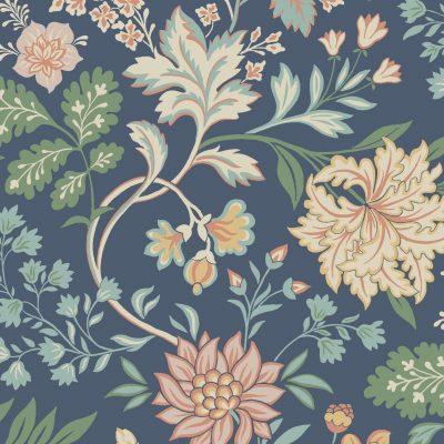 Boråstapet fra kollektionen Beautiful Traditions med store blomster i støvet lakserosa og okkergule farver på en mørkeblå bund
