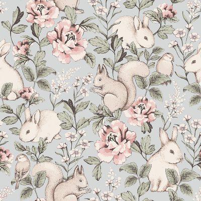 børnetapet fra kollektionen Newbie Magic forest 7474 støvet lyseblå med rosafarvet blomster og med egerne,kaniner og fugle